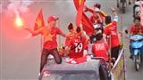 CĐV đốt pháo sáng khắp đường phố, cuồng nhiệt cổ vũ đội tuyển Việt Nam