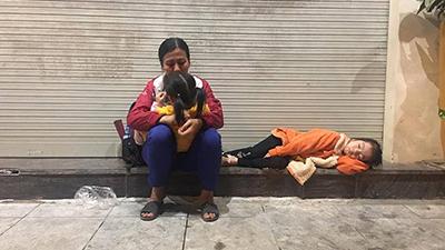 Hình ảnh 3 mẹ con co ro nằm ngoài vỉa hè Hà Nội và cuộc 'bóc phốt' rầm rộ của cư dân mạng