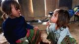 Vẻ hồn nhiên của hai bé gái người Mông tại Ngảm Váng, Nhạn Môn, Pác Nặm khiến cộng đồng mạng xót xa