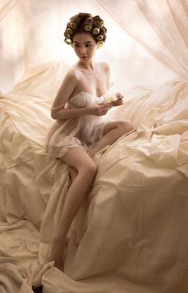 Đã rất lâu rồi Ngọc Trinh mới có những hình ảnh bán nude nóng bỏng tay thế này