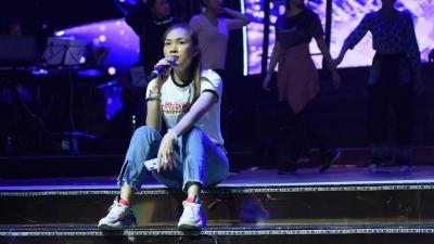 Mỹ Tâm ngồi bệt trên sân khấu, say sưa tập hát