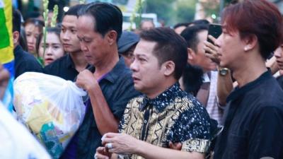 Nghệ sĩ Minh Nhí òa khóc nức nở phải có người dìu đi trong lễ di quan nghệ sĩ Anh Vũ