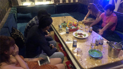 Tiếp viên ăn mặc hở hang phục vụ khách chơi ma túy ở nhà hàng trung tâm Sài Gòn