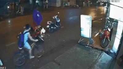 Sự vô tư đến... phát sợ của bà mẹ đậu xe giữa lòng đường, khiến xe khác tông rớt cả con khi mải mặc áo mưa