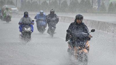 Áp thấp nhiệt đới cũ di chuyển phức tạp, áp thấp mới lại hình thành khiến biển Đông trở thành 'ổ bão', mưa lớn trong ngày 2/9