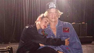 Chia tay bạn gái chưa bao lâu, Miley Cyrus bị bắt gặp hẹn hò người mới, danh tính khiến ai nấy đều bất ngờ