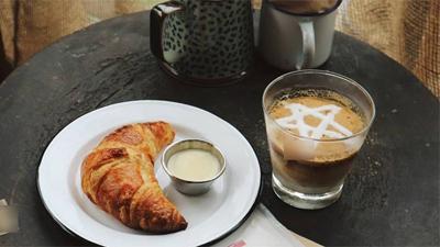 Khách uống cà phê ở cửa hàng có tiếng bị ăn xin nhổ nước bọt vào mặt, thái độ của nhân viên càng khiến ai nấy phẫn nộ