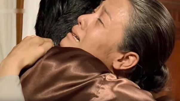 'Tiếng sét trong mưa': Lộ cảnh Khải Duy - Thị Bình ôm nhau khóc nức nở, cuối cùng cậu Ba cũng sáng mắt ra