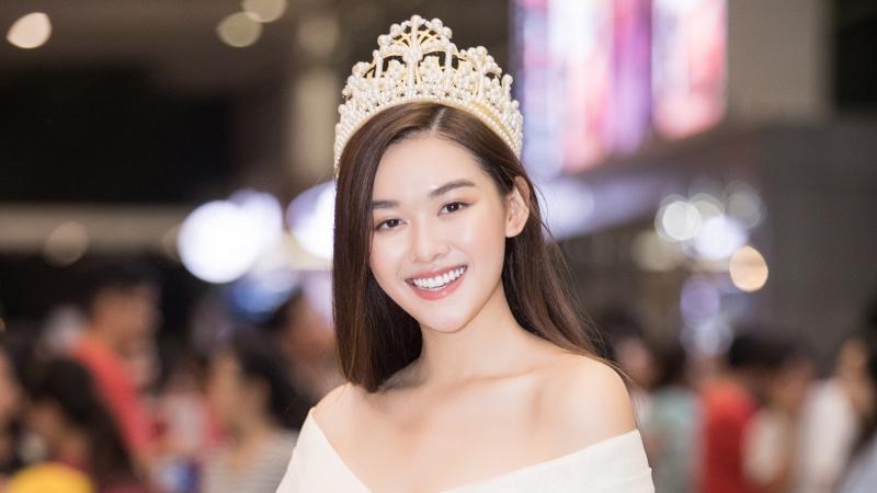 Trở về nước sau Miss International, Tường San tặng quà cho fan tại sân bay