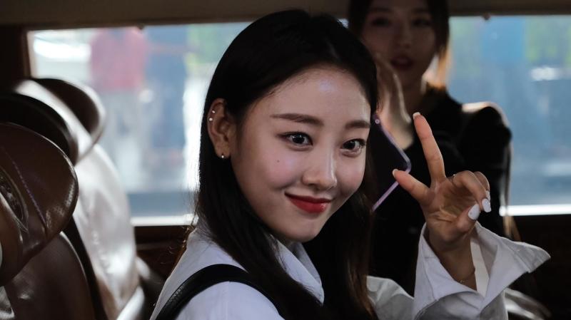 Dàn sao Hàn đến sân bay Nội Bài để chuẩn bị cho lễ trao giải AAA, lên xe vẫn liên tục vẫy tay chào fan
