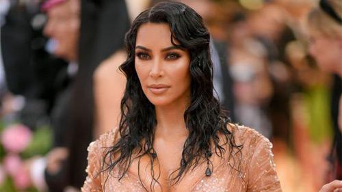 Kim Kardashian: Ham diện đầm siết chặt đến mức không thể ngồi hay đi lại như bình thường, nhìn thôi cũng thấy khó thở