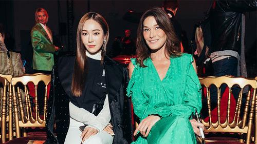 Phu nhân cựu Tổng thống Pháp dự show thời trang cùng Jessica Jung, diện đồ sến mà sang chảnh ngút ngàn khó tin