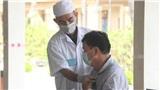 Một bác sĩ khám cho bệnh nhân nhiễm Covid-19 thứ 17 tại Việt Nam đang cách ly ở Khánh Hòa