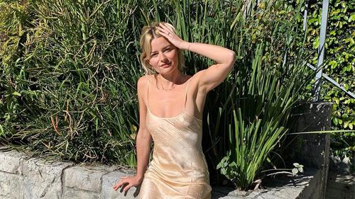 Phụ nữ Pháp cứ diện váy lụa đẹp mê thế này, chị em ngắm rồi sẽ muốn tậu ngay cho tủ Xuân - Hè 'cả lố' với muôn màu sắc
