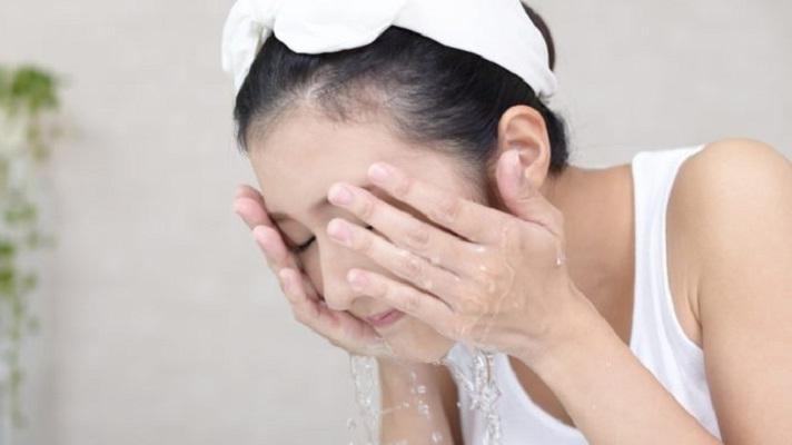 2 tuần ở nhà không có sản phẩm trị mụn, khi đó nước muối sinh lý và 3 bước làm sạch có thể chữa lành mọi hư tổn trên da
