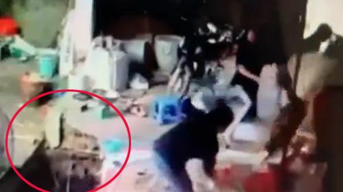 6 cô gái đang ngồi đan lát thì bất ngờ cột nhà đổ sập, cảnh tượng sau đó khiến bất cứ ai chứng kiến cũng kinh hãi