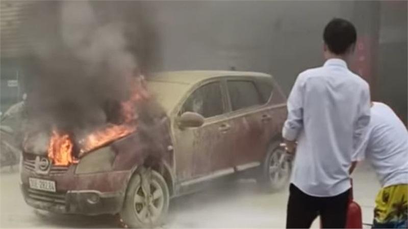 Hà Nội: Xe ô tô bất ngờ bốc cháy dữ dội đúng lúc đang lùi vào đổ xăng