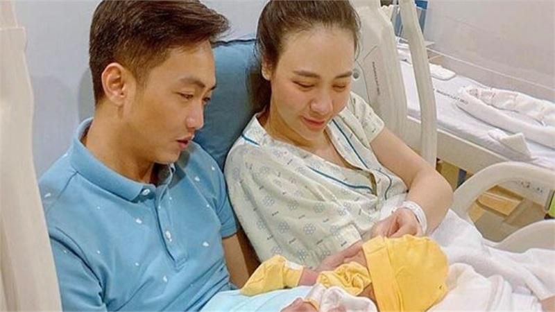 Đàm Thu Trang khoe ảnh con gái đầu lòng mới đó mà đã mũm mĩm, đáng yêu thế này