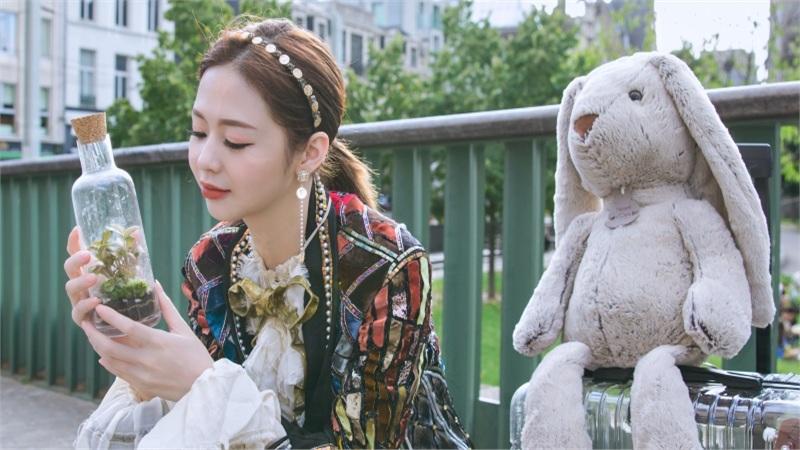 Liz Kim Cương ôm thỏ bông đi hết Châu Âu, ám ảnh tới day dứt sau cuộc tình tan vỡ trong MV mới