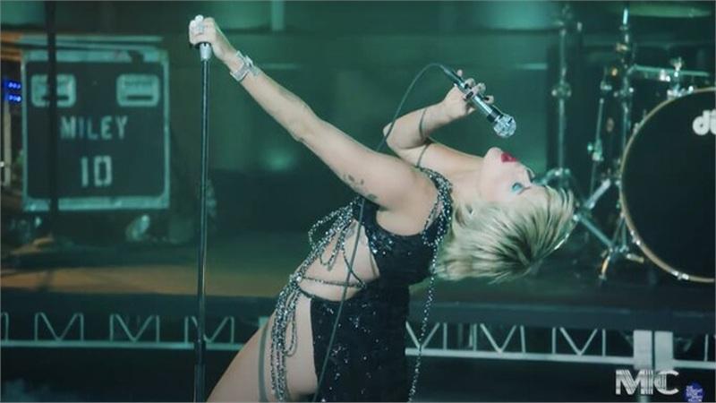 Váy Công Trí mà Miley Cyrus mặc lọt top 10 trang phục đẹp nhất trên tạp chí Vogue