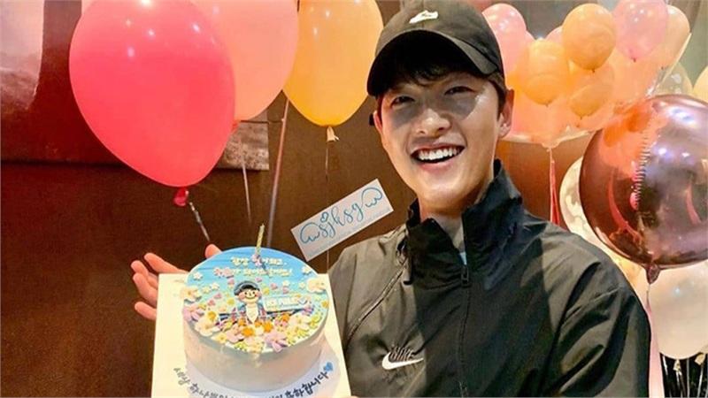 Tái xuất sau khi Song Hye Kyo gây xôn xao MXH trong ngày sinh nhật của mình, Song Joong Ki bị nhận xét xuống sắc với da bóng dầu