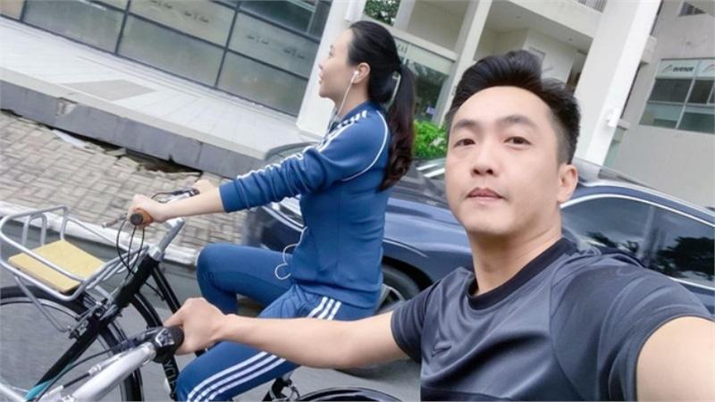 Vợ chồng Cường Đô La 'trốn con' ra ngoài hẹn hò riêng, thân hình sau sinh của Đàm Thu Trang lộ rõ