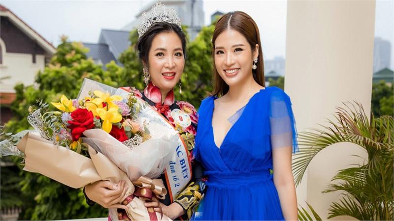 Hoa hậu Phan Hoàng Thu làm giám khảo chấm thi nhan sắc cho các nữ công an