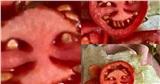 Chưa đến Halloween mà cô gái đã có một phen đứng tim với quả cà chua 'mặt quỷ' khi đang mải mê vào bếp nấu ăn