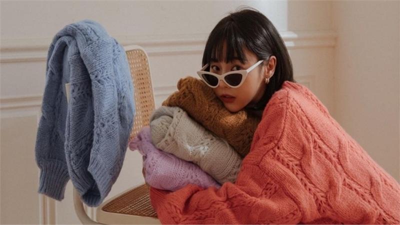 Áo len vặn thừng tái xuất, 'bỏ bùa' gái Hàn đến gái Pháp: Thị phạm ngay 14 set đồ cực phiêu cho các nàng diện cuối tuần này