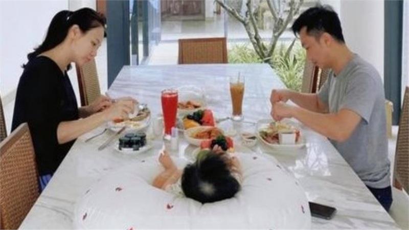 Cường Đô La khoe bức hình hạnh phúc của gia đình 4 người do chính Subeo chụp