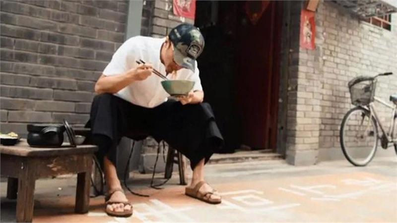 Tạ Đình Phong gây xôn xao với hình ảnh cô đơn và xuề xòa, thật khó nhận ra tài tử đình đám Hoa ngữ ngày nào
