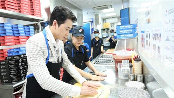 Sau chung kết Rap Việt, Karik trở thành 'Hoàng tử pizza' khuấy động buổi khai trương cửa hàng thứ 50 - Domino's Phạm Hồng Thái