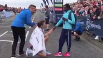 Màn cầu hôn lãng mạn ở giải bán marathon lớn nhất thế giới