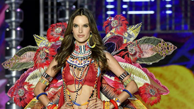 Alessandra Ambrosio chia tay Victoria's Secret sau 17 năm gắn bó