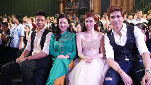 Hậu ảnh 'nhạy cảm' Bình Minh - Trương Quỳnh Anh, bức hình hai gia đình ngồi cạnh nhau ở sự kiện 'gây sốt'