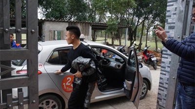 Quang Hải âm thầm bắt taxi về nhà