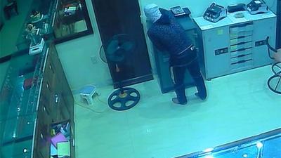 Đột nhập tiệm vàng từ lầu 4, tên trộm lấy gần 700 triệu