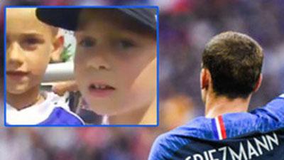 Video hiếm: Griezmann năm 7 tuổi hớn hở xin chữ ký của Zidane và tuyển thủ Pháp vô địch World Cup 1998