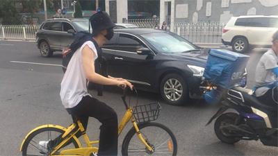 Bắt gặp em trai Phạm Băng Băng thoải mái đạp xe trên phố
