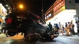 Lùi xe, ô tô cuốn hàng loạt xe máy vào gầm: Tài xế không tỉnh táo?