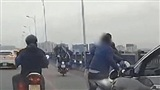 Tài xế ô tô dừng xe giữa đường đánh đấm nam thanh niên đi xe máy và lý do khiến nhiều người khó chịu