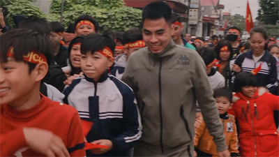 Nhà vô địch Phạm Đức Huy được chào đón như người hùng khi trở về quê nhà