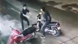 Video nghi can cứa cổ tài xế taxi chân đất bỏ chạy suýt đâm vào người đi đường