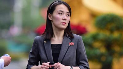Em gái ông Kim Jong-un duyên dáng nhận hoa trong lễ đón chính thức tại Phủ chủ tịch