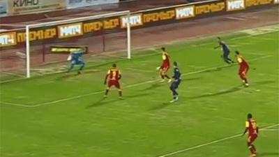 CLIP: Được đối phương 'tặng' bóng ở cách gôn 2 mét, cầu thủ tung cú đá khiến CĐV sầu lòng