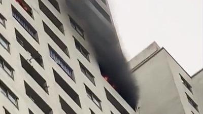 Lửa, khói bốc ra ngùn ngụt từ tầng 33 chung cư HH Linh Đàm, cư dân hoảng loạn tháo chạy