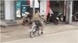 Say xỉn, người đàn ông phóng xe đạp theo quỹ đạo 'chẳng lành' rồi đâm sầm vào ô tô