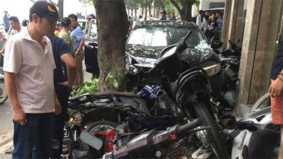 Ô tô bất ngờ lao lên vỉa hè, tông nát 6 xe máy - ảnh hiện trường liên tục được chia sẻ