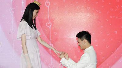 Màn cầu hôn siêu hot: Siêu mẫu nội y nổi tiếng được thiếu gia giàu có vừa điển trai lại học giỏi, quỳ gối cầu hôn như phim ngôn tình