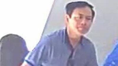 Ông Nguyễn Hữu Linh 'nguỵ trang' kín mít khi đến tòa nhận quyết định triệu tập vụ dâm ô bé gái